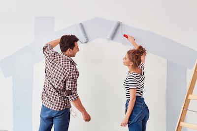 couple qui paint une maison sur un mur