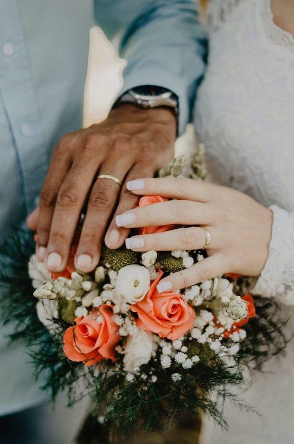 check list de mariage ultime mains couples mixte