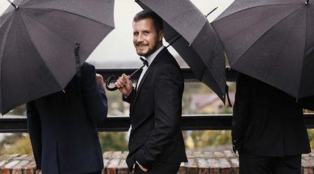 jeune marie parapluie mariage sous la pluie