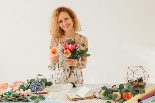 fleuriste souriante prepare bouquet de mariage
