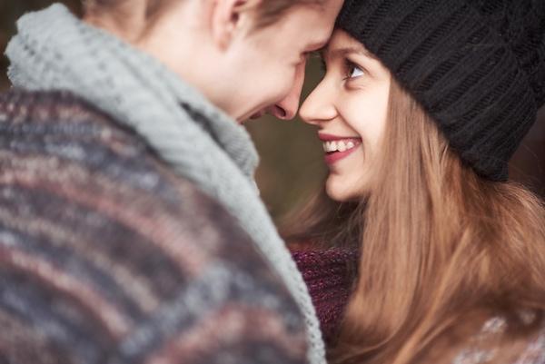jeune couple femme souriante avec un bonnet avec la préparation au mariage webloom