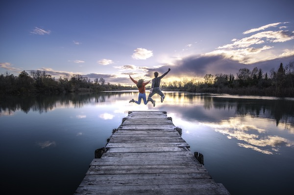 couple ponton lac saute heureux developpement personnel