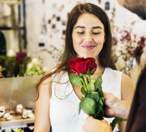jeune femme dans un magasin de fleur mariage